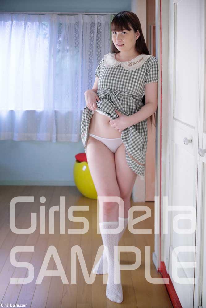 美脚の女子小学生が未成熟なおっぱいを隠すスポブラ少女のエロい画像